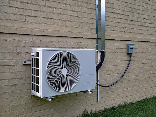 Pompes à chaleur accroché au mur extérieur
